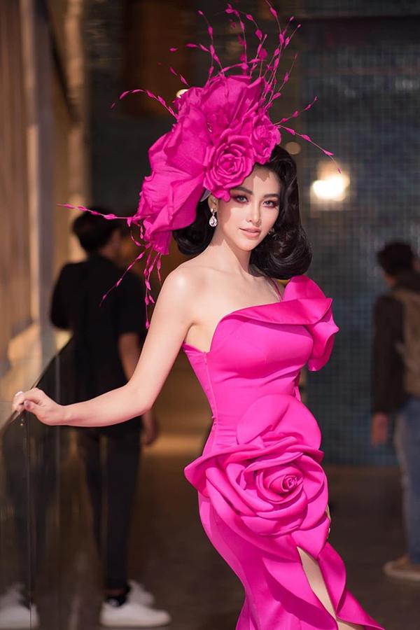 Giữa dàn mỹ nhân diện trang phục lộng lẫy trong đêm tiệc, bộ cánh tạo khối công phu đã giúp Phương Khánh đoạt giải trang phục đẹp nhất do tạp chí Harpers Bazar bình chọn.