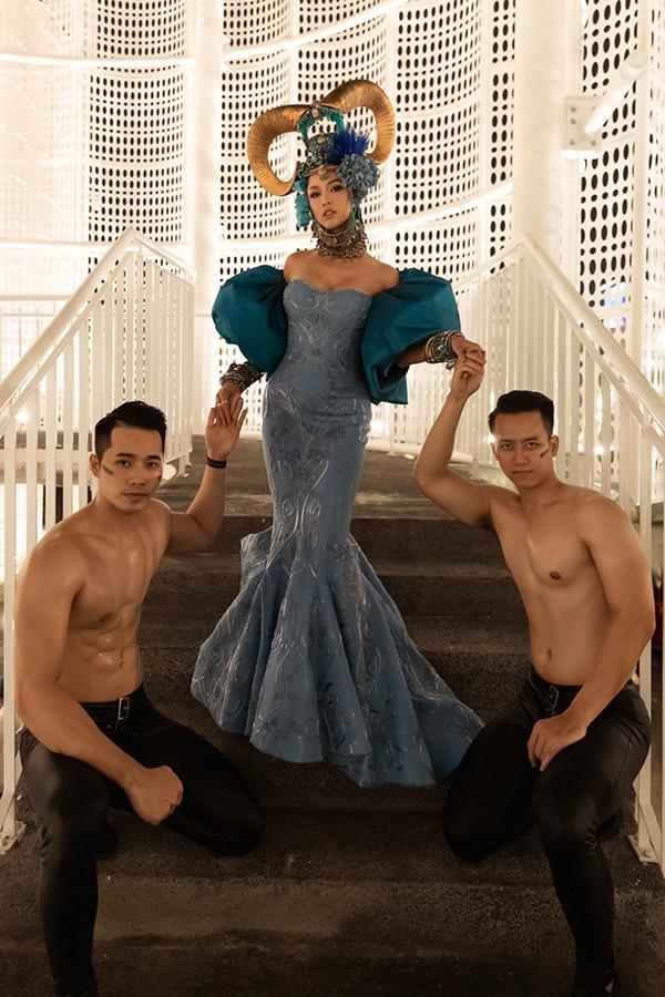 Cùng với mẫu váy đuôi cá tông đường cong, cúp ngực bắt mắt là cách tham dự sự kiện cùng hai chàng trai thể hình sexy.
