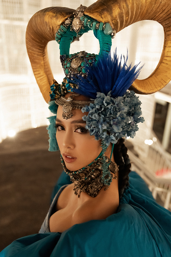 Vũ Ngọc Anh cho biết, cô rất thích bộ trang phục này, nó tôn vẻ đẹp hình thể đồng thời còn được kết hợp cùng kiểu mũtượng trưng cho cungKim Ngưu - cung hoàng đạo của cô.