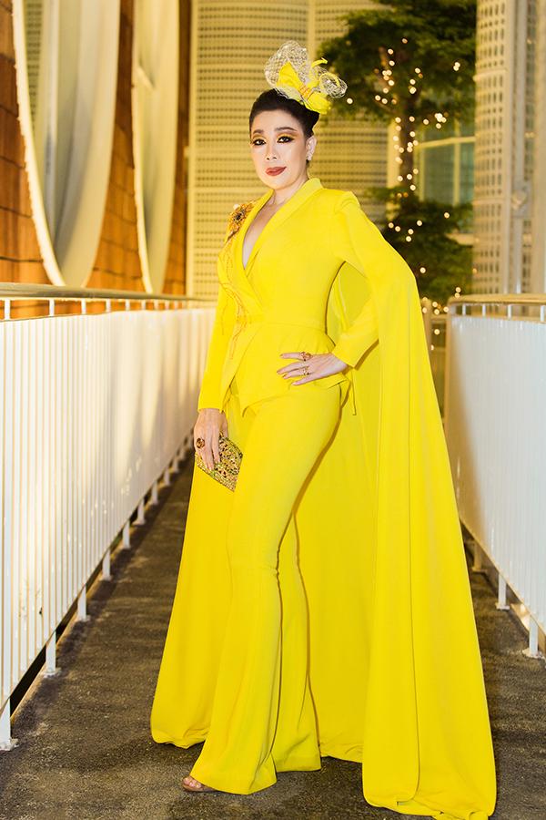 Linh San cũng không kém cạnh khichọn cho mình màu vàng rực rỡ. Nhà thiết kế gây ấn tượng mạnh mẽ với thiết kế được lấy  ý tưởng từ loài hoa mặt trời.
