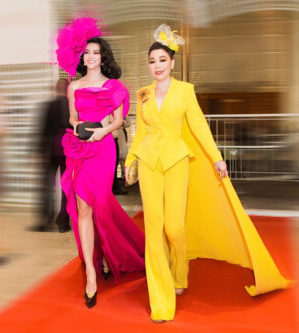 Trong sự kiện ngày 21/6, nhà thiế kếLinh San song hành cùng Hoa hậu Phương Khánh trên thảm đỏ tại I'm Diva do ca sĩ Thu Minh tổ chức..