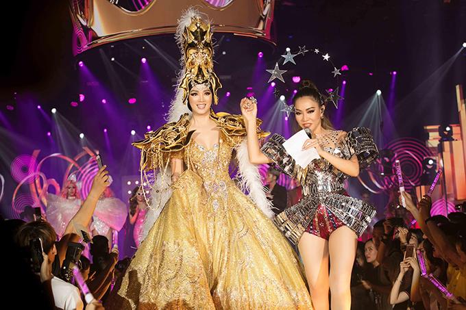 Lần đầu tiêng trong làng nhạc Việt có một show diễn mà khách VIP ăn mặc lộng lẫy như đi dự dạ tiệc.