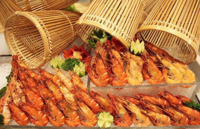 Bạn có cơ hội thưởng thức thực đơn hải sản thượng hạng gồm tôm, cua, sashimi cá hồi... tươi ngon.