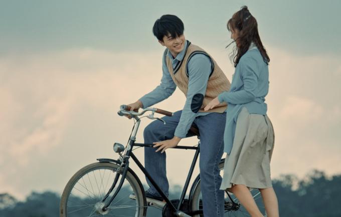 Thuở còn hàn vi, chàng diễn viên Đình Bảo (Harry Lu đóng) và bạn gái quấn quýt không rời, dù cuộc sống nhiều khó khăn, chật vật.
