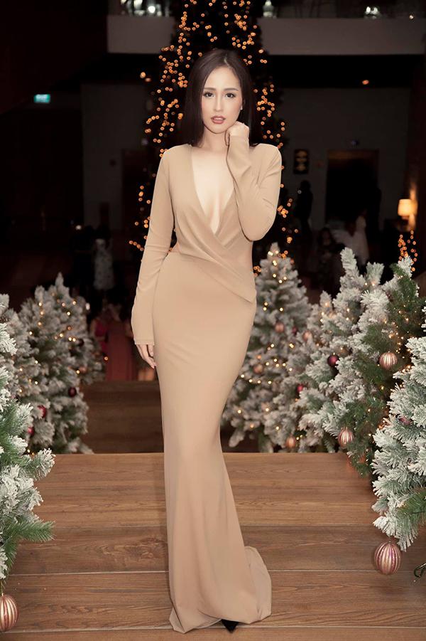 Xuất hiện trên thảm đỏ, người đẹp thường chọn những mẫu váy đơn sắc và không thể thiếu những khoảng hở táo bạo. Trong đó, váy xẻ ngực sâu là trang phục được Mai Phương Thuý ưa chuộng nhất.