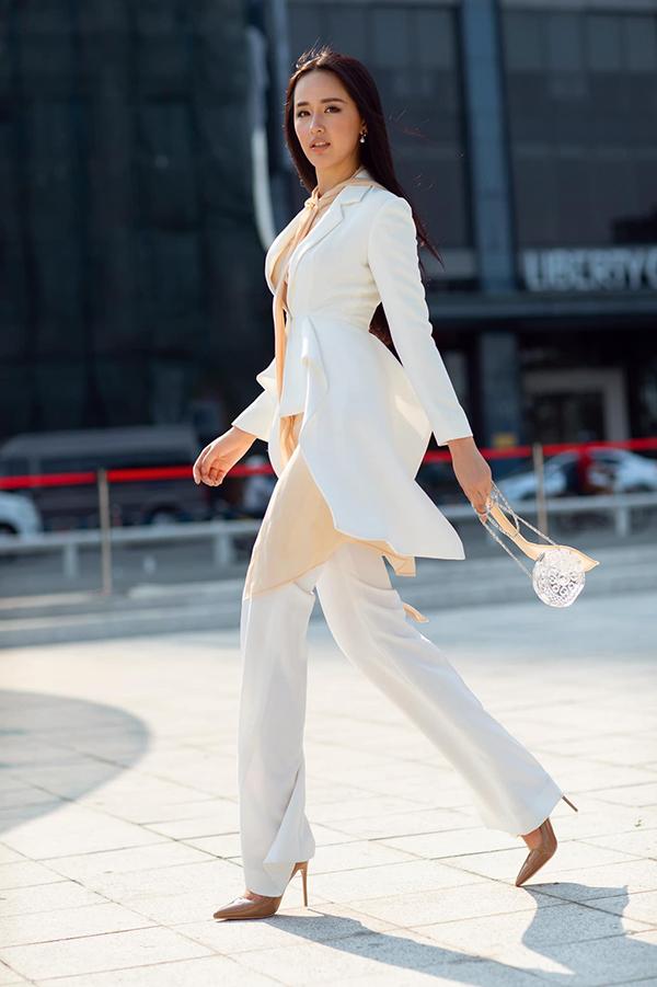 Sở hữu chiều cao vượt trội, Mai Phương Thuý dễ dàng thể hiện sự sành điệu cùng các xu hướng suit, vest, quần suông.
