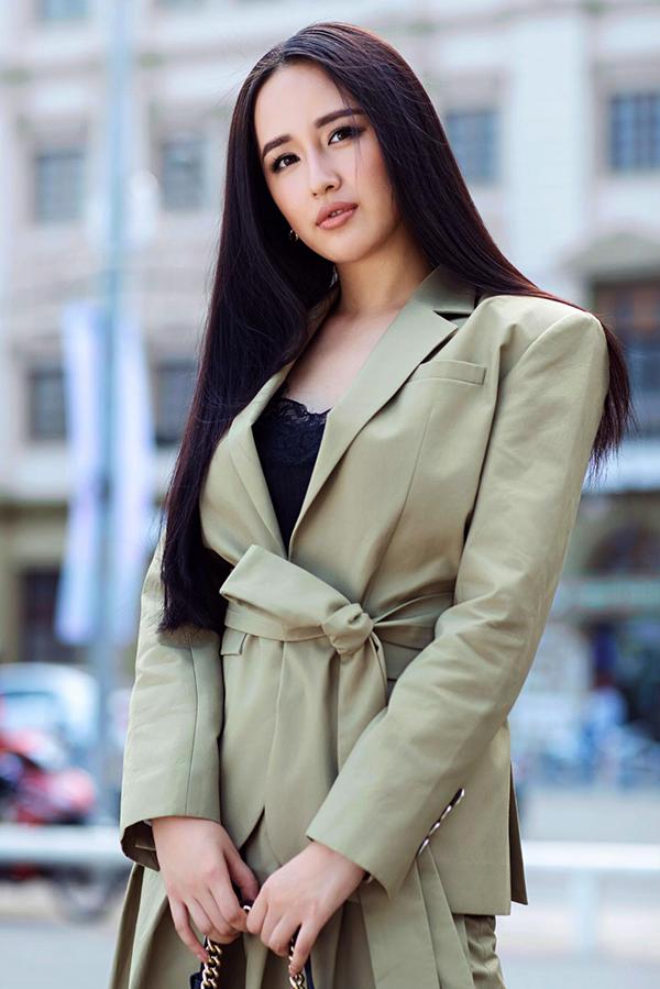 So với dòng thời trang dạ tiệc, trang phục dạo phố của Mai Phương Thuý đa dạng hơn với nhiều váy, áo đi đúng xu hướng thời trang.