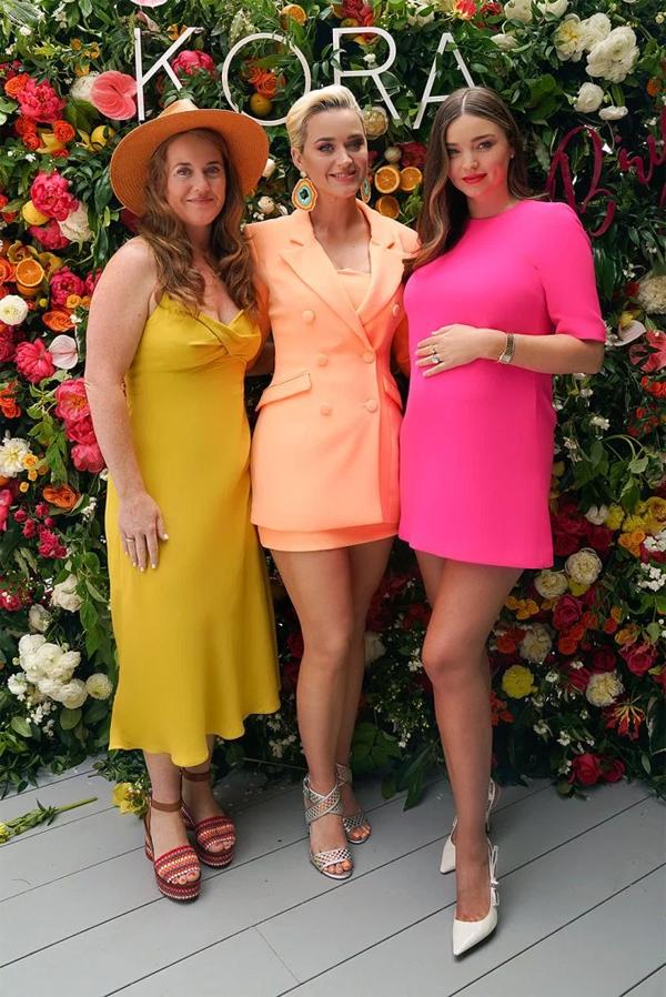 Katy Perry cùng chị gái Angela Hudson đến tham dự buổi ra mắt dòng mỹ phẩm chăm sóc da mới của Miranda Kerr hôm 21/6. Sự kiện được tổ chức tại biệt thự riêng của Miranda ở Malibu, California.
