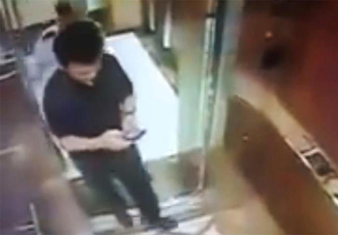 Ông Linh trong thang máy trước lúc ôm hôn bé gái.