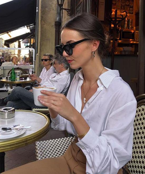 Các mẫu phụ kiện hoa tai, dây chuyền và đồng hồ theo dòng vintage sẽ giúp set đồ gồm sơ mi xệ vai, quần cà phê sữa lưng cao hoàn hảo hơn.