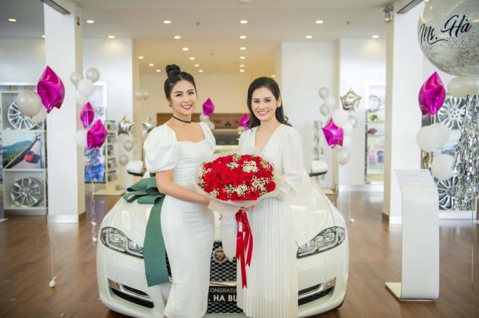 Trong ngày nhận xe mới, doanh nhân Hà Bùi được Hoa hậu Ngọc Hân đến tặng hoa và chúc mừng. Ngọc Hân là người em gái thân thiết, nhiều năm qua thường đồng hành với cô trong cả công việc và cuộc sống.