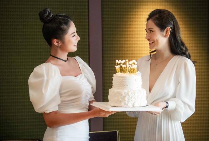 Hoa hậu Việt Nam 2010 Ngọc Hân còn chuẩn bị chiếc bánh ngọt để tặng cho người chị thân thiết. Cô mong doanh nhân Hà Bùi sẽ gặt hái thêm nhiều thành công hơn trong sự nghiệp và cuộc sống.