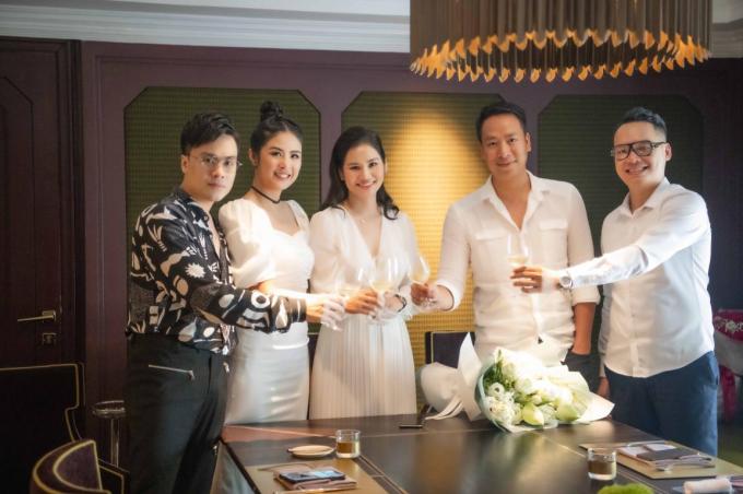 Ngay sau khi nhận xe sang, doanh nhân Hà Bùi đã có bữa tiệc sinh nhật ấm cúng bên những người bạn, người em thân thiết, trong đó có Hoa hậu Ngọc Hân, MC Thái Dũng, cựu người mẫu Quang Tú...