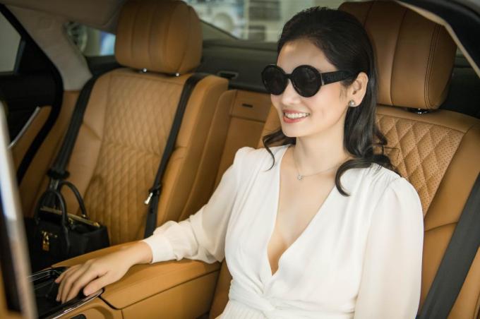 Xe sang Jaguar XJL 3.0 Portfolio có nội thất màu nâu và đen sang trọng. Ghế ngồi được thêu những đường chỉ hình quả trám và có các chế độ tùy chỉnh cũng như ốp gỗ ở tay lái, các ghế có massage và sưởi ấm... Chính những tính năng này của chiếc xe đã thuyết phục được doanh nhân Hà Bùi bởi cô muốn có không gian thực sự thư giãn trên xe trong những chuyến đi xa.