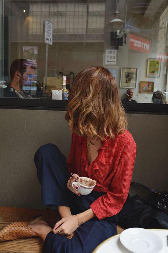 Quần âu, áo blouse tưởng chừngđơn giản, nhưng chính chi tiết cổ sâu sẽ mang tới điểm nhấn bắt mắt cho set đồ dạo phố.