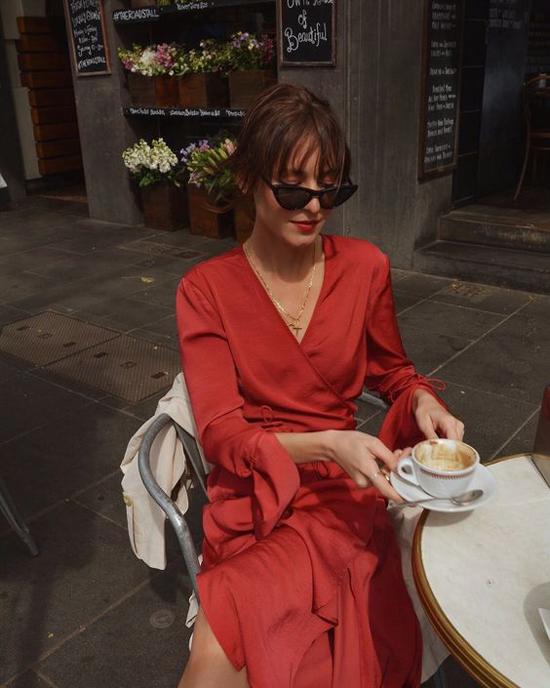 Váy vạt xéo cắt may trên chất liệu lụa mềm. Từ cách sử dụng loại vải hợp mùa cho đến kiểu dáng đều giúp người mặc toát lên nét dịu dàng, nữ tính.