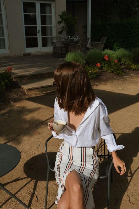 Sơ mi trắng đơn giản, nhưng khi được thiết kế trên các chất liệu mềm mại, kiểu oversize nó vẫn giúp người mặc khoe nét tự do, phóng khoáng.