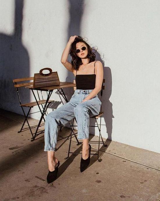 Nếu sở hữu một thân hình hoàn hảo thì áo hai dây, quần jeans cổ điển là set đồ hoàn toàn phù hợp với bạn.