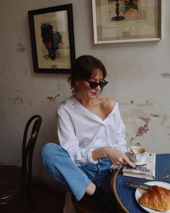 Thay đổi thói quen diện sơ mi trắng kiểu basic bằng các mẫu áo trễ vai, lệch vai, áo biến tấu độc đáo sẽ khiến những set đồ dạo phố, đi cà phê của bạn gái không còn nhàm chán.