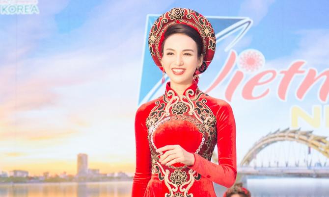 Ngọc Diễm chuộng áo dài khi công tác nước ngoài