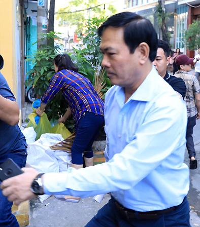 Nguyễn Hữu Linh đến toà sáng 26/5lúc 6h50, sớm hơn một tiếng trước phiên xử. Ảnh: Hữu Khoa.