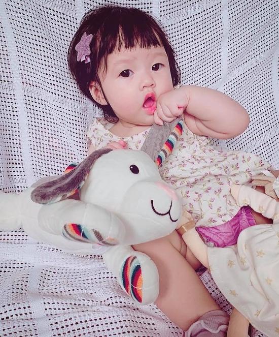 Hoa hậu Việt Nam 2012 muốn dành toàn bộ thời gian chăm sóc con gái đến khi bé cứng cáp hơn.