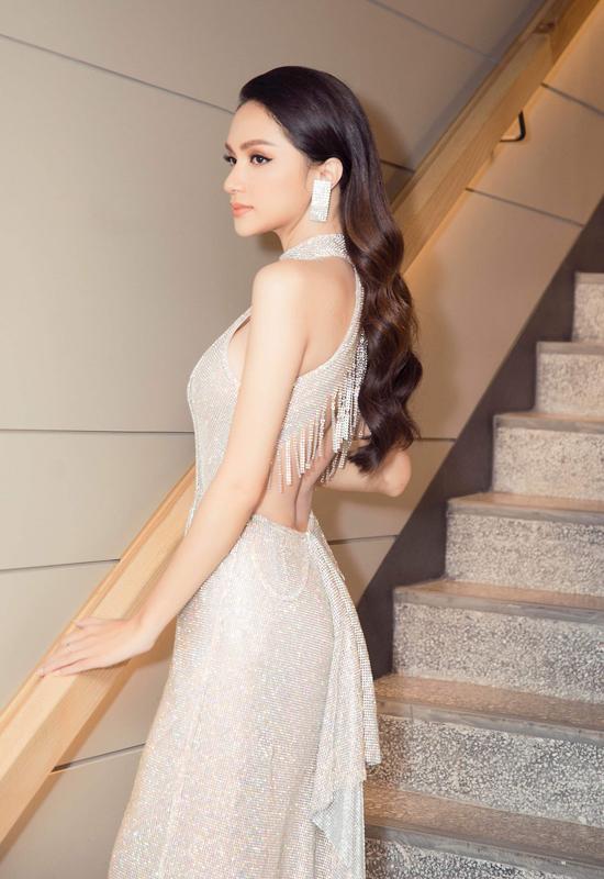 Những xu hướng thời trang hot nhất làng mốt Việt như đầm xuyên thấu, váy đính kết, váy cut-out cũng được Hương Giang cập nhật một cách nhanh nhậy.