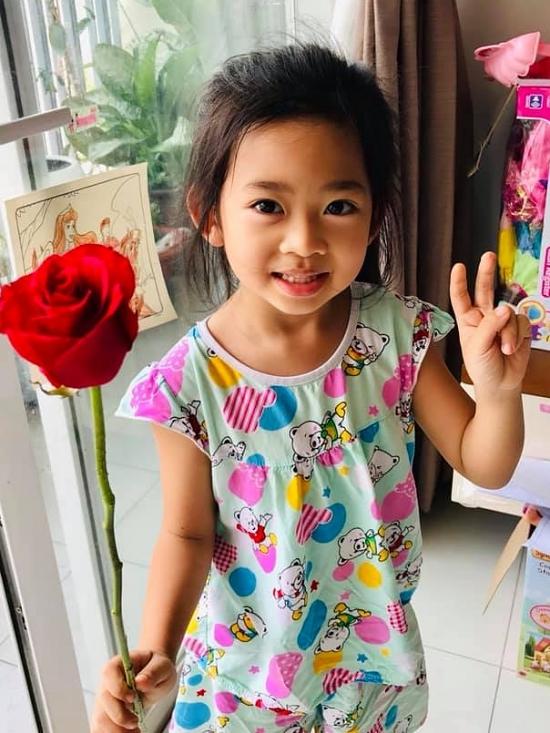 Lavie sống tình cảm, biết quan tâm khi mẹ chữa trị căn bệnh ung thư. Trong Ngày của mẹ mới đây, cô bé đã chuẩn bị một bông hoa hồng đỏ tặng mẹ khiến Mai Phương xúc động.
