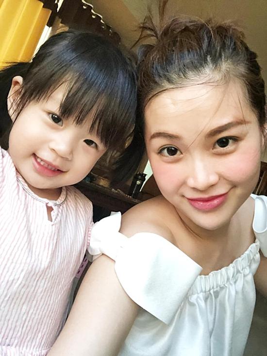 Những ngày đầu đi học mẫu giáo, cô bé hay khóc và không chịu chơi với bạn bè. Hiện tại, con gái Diễm Trang thích nghi tốt với môi trường mới, thích mặc đồng phục và đi học mỗi ngày.