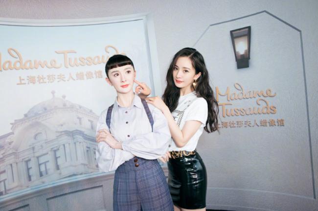 Dương Mịch hôm 25/6 dự ra mắt tượng sáp của cô tại bảo tàng sáp Madame Tussauds Thượng Hải. Đây được cho là niềm vui nhân đôi của mỹ nhân Hoa ngữ, vì cô vừa trở thành đại sứ thương hiệu của Versace tại thị trường Trung Quốc.