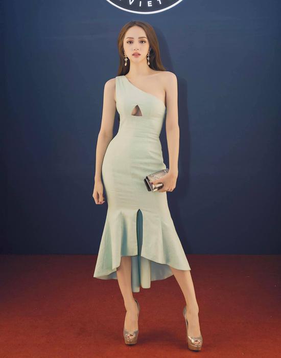 Năm 2018, Hương Giang nhiệt tình lăng xê các kiểu váy dạ hội lấp lánh, váy tạo khối bất đối xứng... Bước sang năm 2019, những mẫu đầm tôn đường cong gợi cảm được ca sĩ yêu thích và thường xuyên sử dụng.