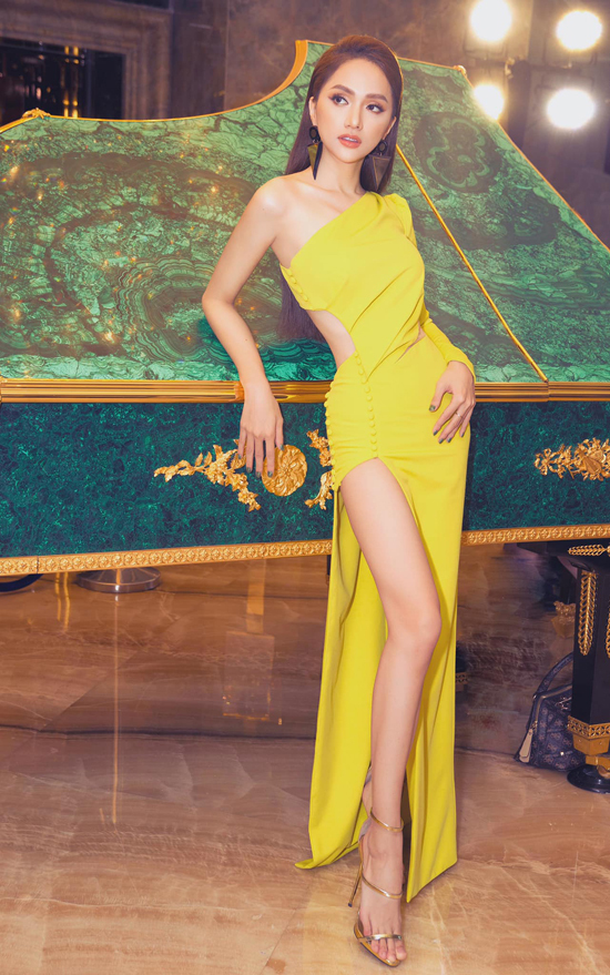 Sự nghiêm khắc về chế độ ăn uống giúp Hương Giang có được vòng eo thon gọn và thân hình lý tưởng. Vì thế cô dễ dàng sủ dụng các mẫu váy hot trend.