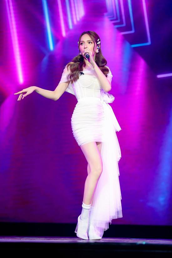Không chỉ chuộng váy xiết eo khi đi ghi hình, xuất hiện trên thảm đỏ, Hương Giang còn chọn chúng để tham gia biểu diễn ở sân khấu ca nhạc.