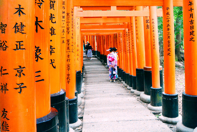 Đền Fushimi Inari-taisha nổi tiếng với dãy cổng đỏ nổi bật.Ảnh: Nguyên Chi