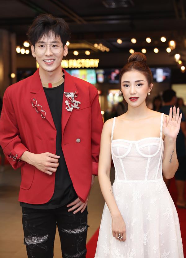 Diễn viên Tuấn Trần sánh đôi hot girl Salim trong sự kiện tổ chức ở TP HCM. Cả hai vừa có dịp diễn cặp trong bộphim ngôn tình 21 ngày yêu em do Tuấn Trần đầu tư thực hiện, phát hành trực tuyến trên mạng.
