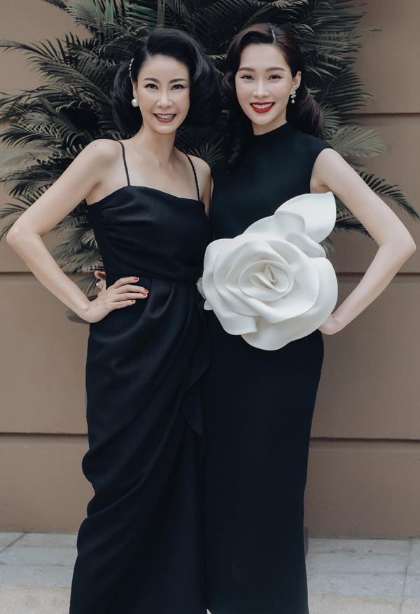 Hà Kiều Anh rất vui khi hội ngộ đàn em đăng quang Hoa hậu Việt Nam sau mình 20 năm. Hai người đẹp đều được bạn bè, khán giả khen trẻ hơn tuổi thật nhiều. Hà Kiều Anh năm nay 43 tuổi còn Đặng Thu Thảo 28 tuổi.