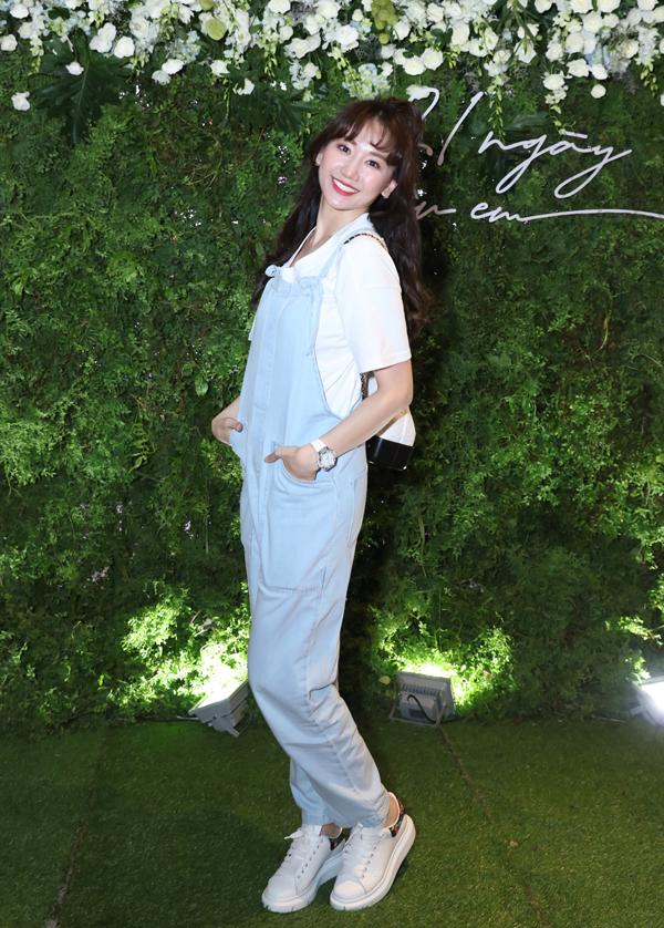 Hari Won bận việc riêng nên tới sau. Cô mặc quần yếm, khoe vẻ trẻ trung, nhí nhảnh.