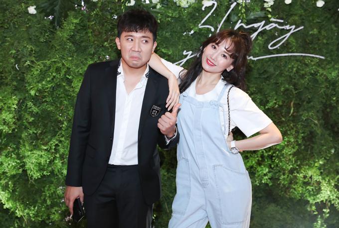 Trấn Thành làm mặt xấu,bĩu môi khi chụp ảnh cùng vợ.