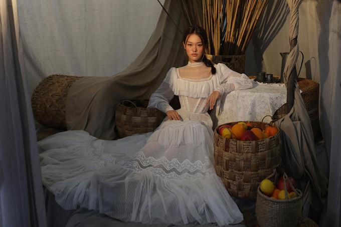 Bộ ảnh được thực hiện với sự hỗ trợ của giám đốc sáng tạo Chung Thanh Phong,nhiếp ảnh và trang điểm Tee Le, làm tóc Chung Hung Thanh.