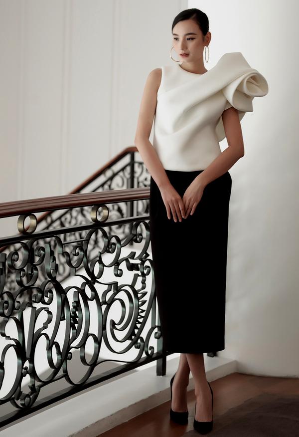 [Caption]  Lê Thuý bằng tuổi Đặng Thu Thảo. Nữ người mẫu chọn bộ cánh phối giữa chân váy và áo được tạo phom hoa 3D to bản ở cầu vai. Với trang phục có phần ấn tượng này, chân dài chọn phụ kiện, làm tóc, trang điểm tối giản. Lê Thuý hiện cũng đã có mái ấm gia đình hạnh phúc bên diễn viên Đỗ An. Sau thời gian dài chinh chiến trên các sàn diễn, hiện tại Lê Thuý đang tập trung cho việc kinh doanh và chăm sóc gia đình.