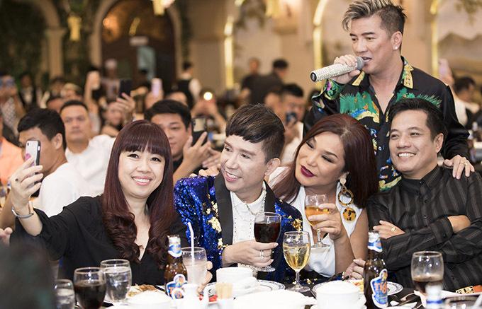 Buổi tiệc còn có ca sĩ Long Nhật, Cindy Thái Tài và nhiều nghệ sĩ thân thiết với Hồ Việt Trung.