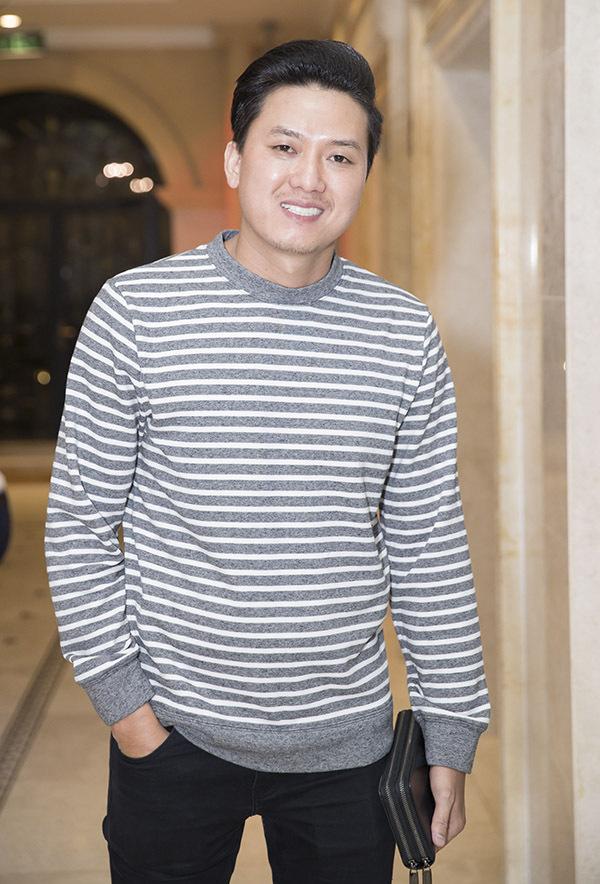 Diễn viên Quách Ngọc Tuyên mặc giản dị đi sinh nhật đồng nghiệp.
