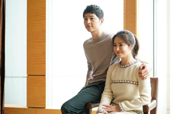 Hồi đó, Song Joong Ki tỏ ra là quý ông lịch thiệp, chăm sóc đàn chị trong các hoạt động quảng bá phim.