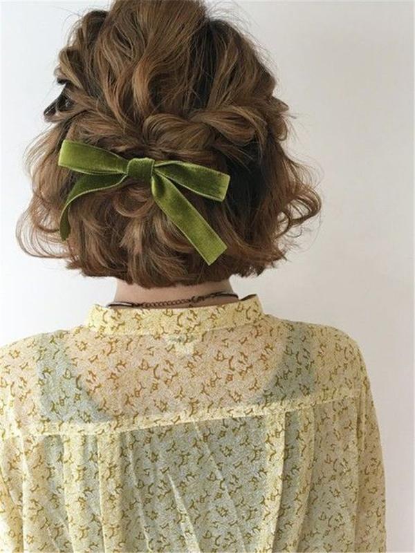 Lấy hai lọn tóc tết hai bên mai buộc lại phía sau đầu và thắt một chiếc nơ xinh xắn. Kiểu tóc này hợp với những nàng bánh bèo điệu đà.