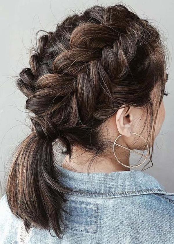 Chia tóc làm hai phần, tết từ đỉnh đầu xuống đến gáy rồi buộc gọn phần đuôi tóc lại. Bạn có thể nới lỏng múi tết để mái tóc trông dày dặn hơn.