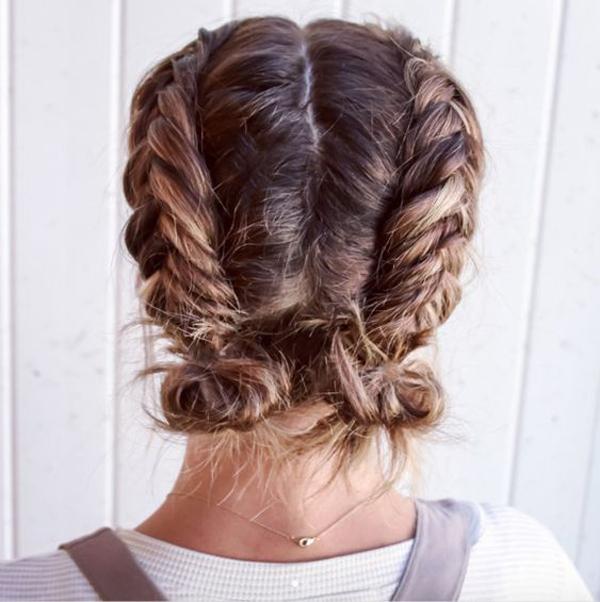 Vẫn tết tóc hai bên như kiểu trên, bạn có thể biến tấu một chút bằng cách búi hai đuôi tóc gọn gàng phía sau gáy.