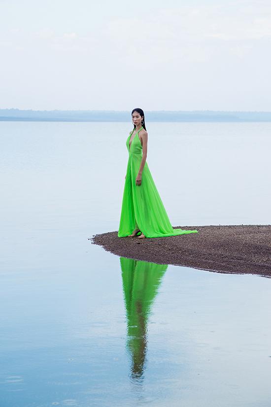 Trong bộ sưu tập mới nhất của mình, nhà thiết kế Nguyễn Trường Duy sử dụng các loại vải voanl lụa, tơ lụa, chiffon lụa để mang tới các kiểu váy sexy.