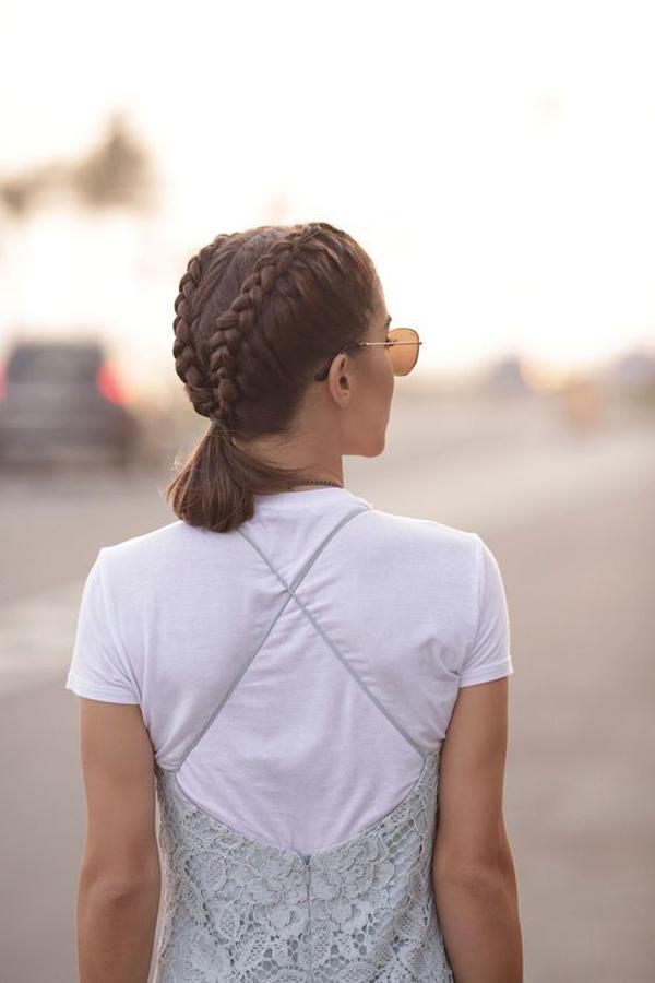 Hai lọn tóc tết kiểu Pháp tạo điểm nhấn cho style tóc đuôi ngựa thấp.
