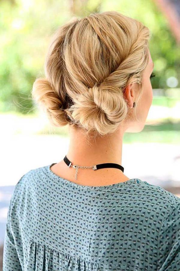 Với những nàng có mái tóc dài qua vai, bạn có thể tết xoắn hai phần tóc mai và tạo hai búi tóc lớn phía sau gáy.