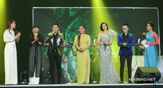 Ngoài ca hát, các nghệ sĩ còn dành thời gian giao lưu, chia sẻ kỷ niệm về cố đạo diễn Huỳnh Phúc Điền với khán giả.